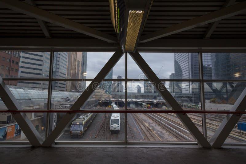 Πηγαίνετε τραίνα διέλευσης στις πλατφόρμες σταθμών ένωσης και διαδρομές έτοιμες για την αναχώρηση στοκ φωτογραφία με δικαίωμα ελεύθερης χρήσης