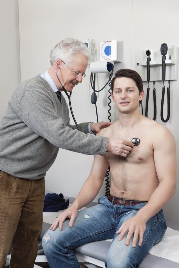 πηγαίνοντας ιατρικές υπομονετικές νεολαίες εξέτασης στοκ φωτογραφία