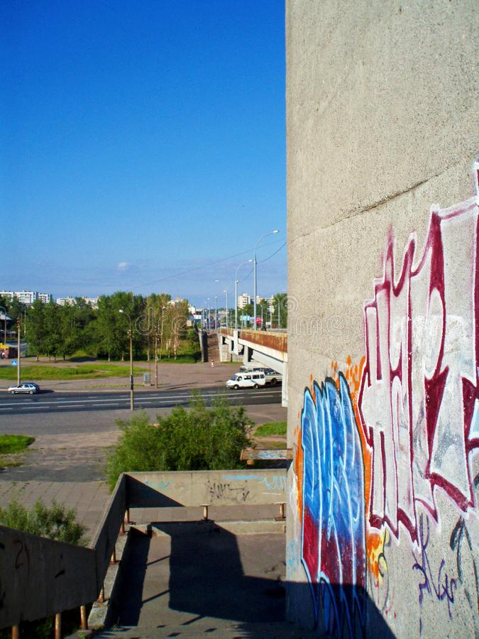 Πηγαίνω κάτω από τη γέφυρα που βλέπω μια επιγραφή στον τοίχο στοκ εικόνες
