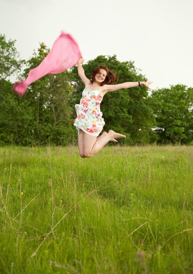 πηδώντας έφηβος κοριτσιών στοκ εικόνες