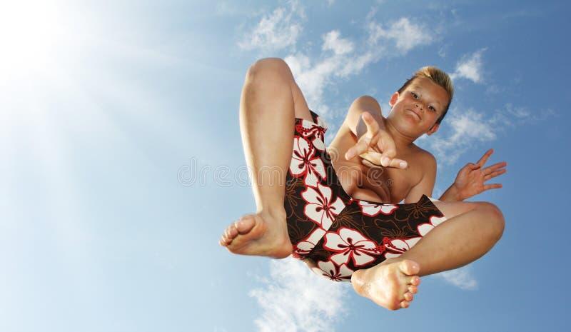 Πηδώντας αγόρι στοκ φωτογραφία με δικαίωμα ελεύθερης χρήσης