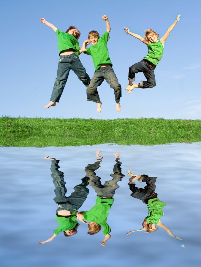 πηδώντας καλοκαίρι κατσ&iot στοκ φωτογραφία
