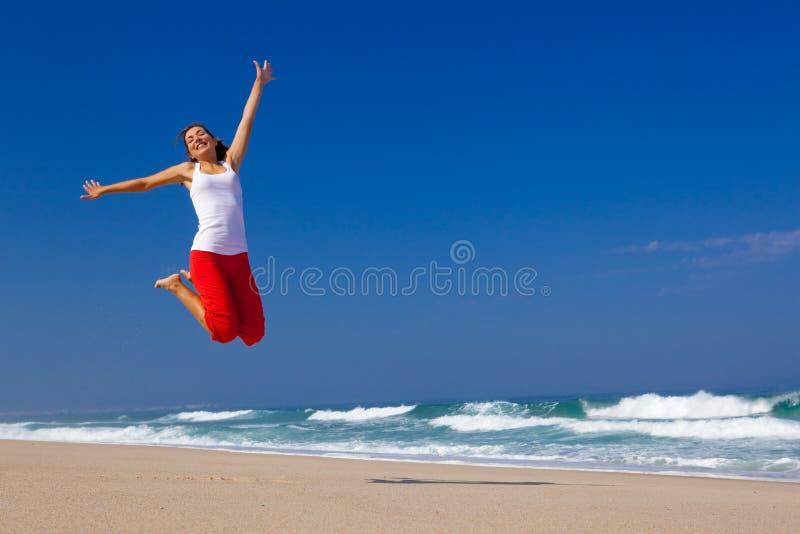 πηδώντας νεολαίες γυνα&iota στοκ εικόνα