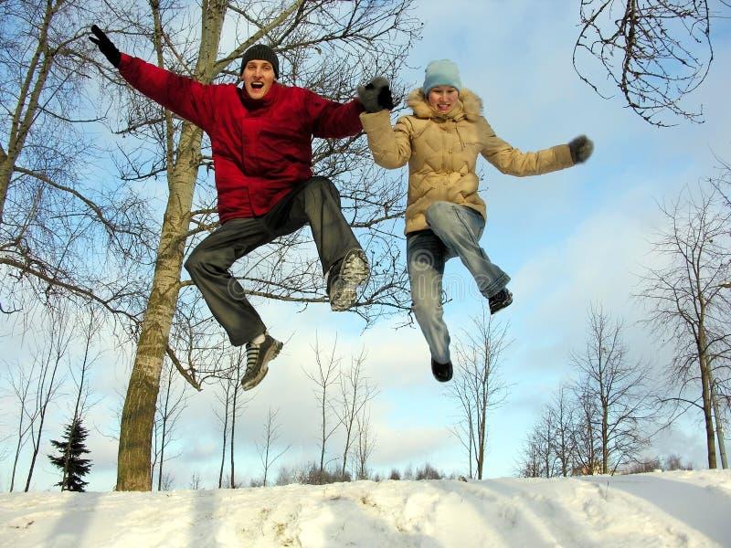 πηδώντας χειμώνας ζευγών στοκ εικόνα