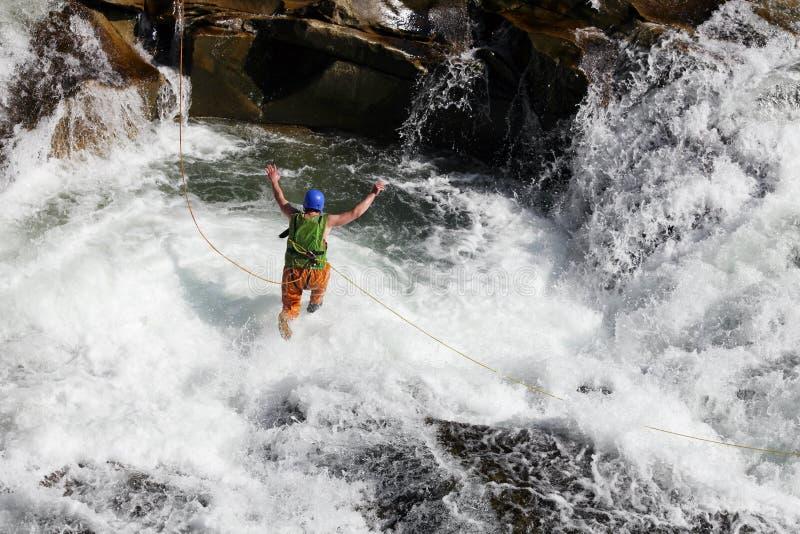 πηδώντας ύδατα σχοινιών ποταμών ατόμων γρήγορα στοκ εικόνα