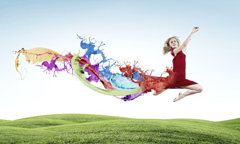 Πηδώντας γυναίκα στοκ εικόνα με δικαίωμα ελεύθερης χρήσης