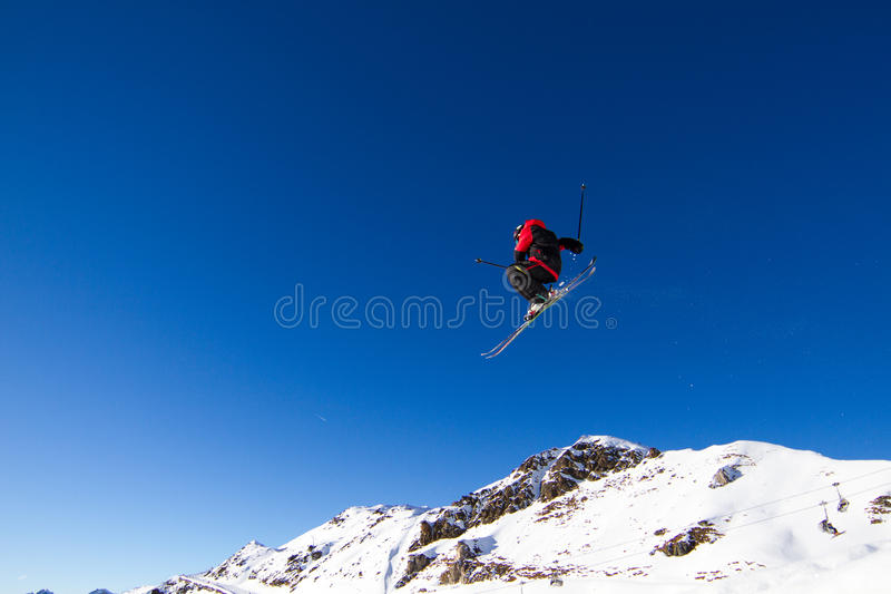 Πηδώντας σκιέρ στοκ φωτογραφία με δικαίωμα ελεύθερης χρήσης