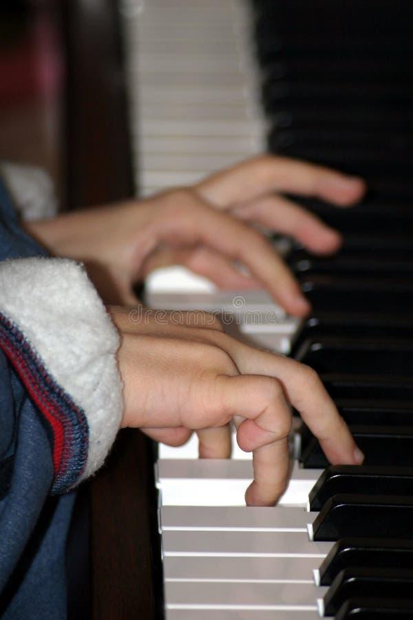 Download πιάνο αγοριών στοκ εικόνες. εικόνα από εκμάθηση, δικαίωμα - 384596