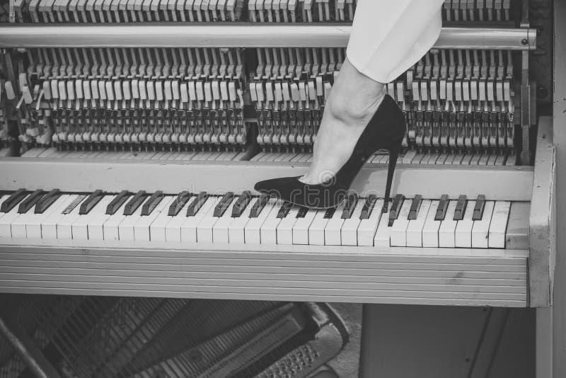 Πιάνο και προκλητικά πόδια, μουσικό ύφος, grunge όργανο στοκ εικόνες