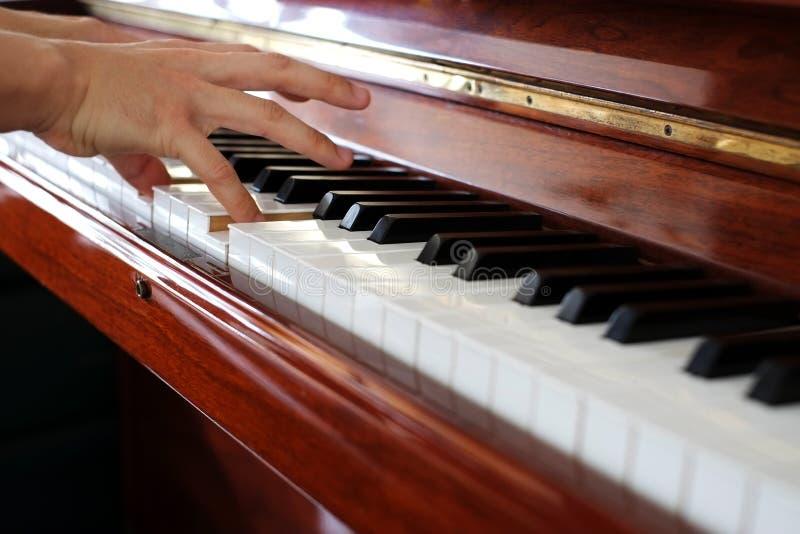 Πιάνο παιχνιδιού στοκ φωτογραφίες με δικαίωμα ελεύθερης χρήσης