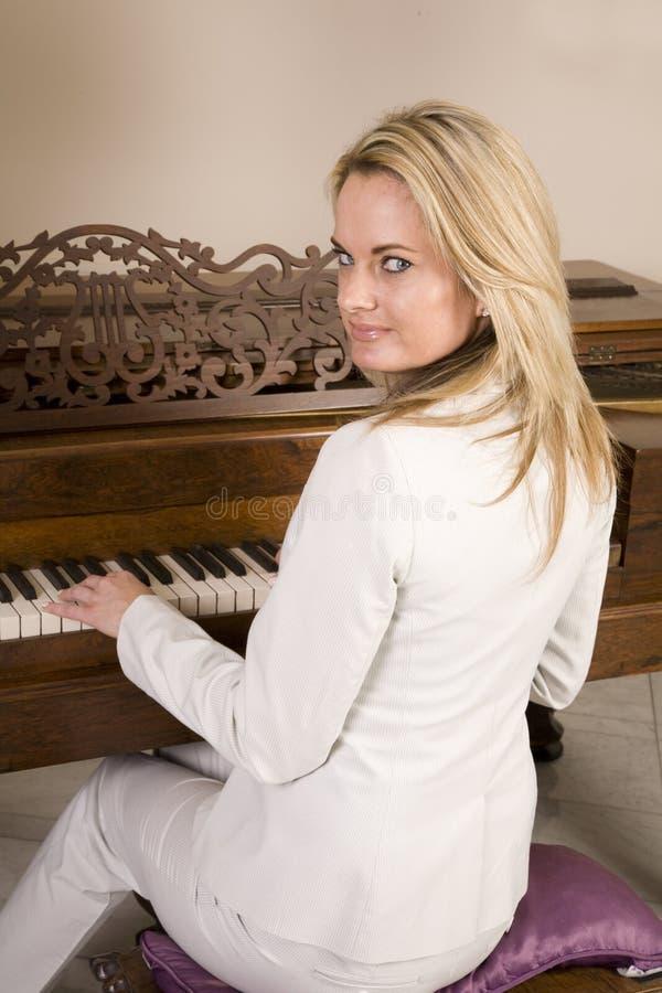 Download πιάνο σοβαρό στοκ εικόνα. εικόνα από εσωτερικός, σπίτι - 13178931