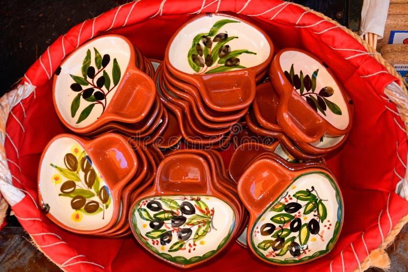 Πιάτα ελιών σε ένα ψάθινο καλάθι, Silves, Πορτογαλία στοκ εικόνα