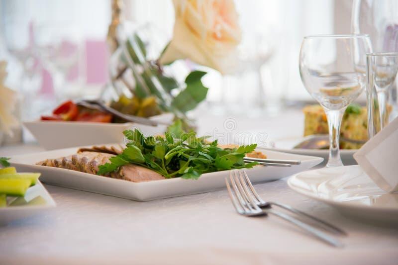 Πιάτα επιτραπέζιου σκεύους εστιατορίων στοκ εικόνα