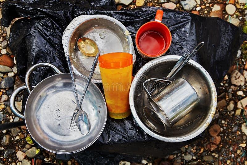 Πιάτα και γυαλιά για το μαγείρεμα στη φύση στοκ εικόνες με δικαίωμα ελεύθερης χρήσης