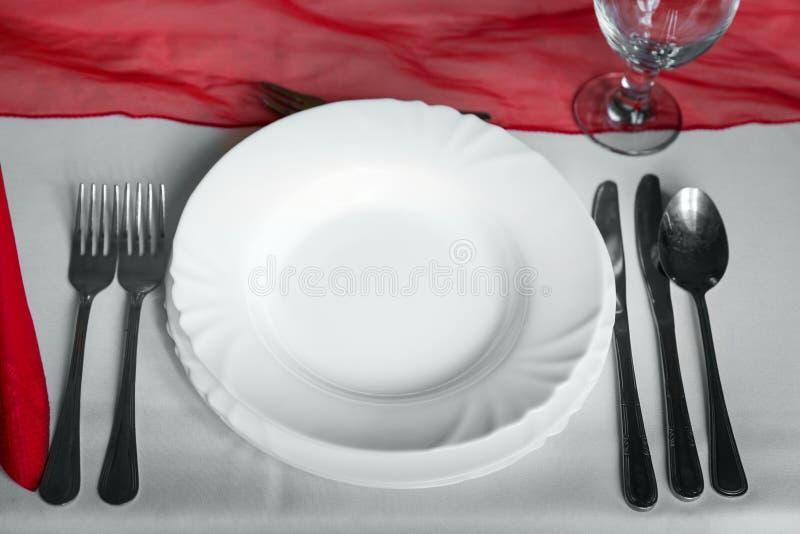 Πιάτα και πιάτα να δειπνήσει στον πίνακα στοκ εικόνες με δικαίωμα ελεύθερης χρήσης