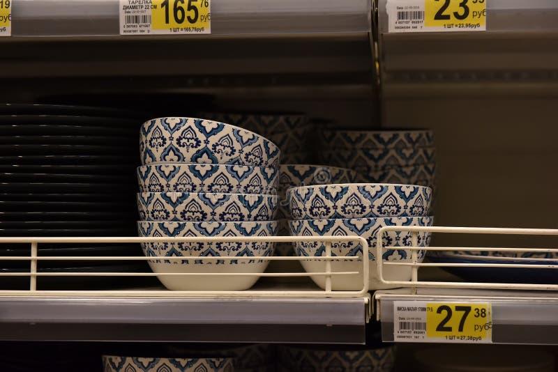 Πιάτα, κύπελλα σαλάτας στο ράφι στην υπεραγορά στοκ εικόνα με δικαίωμα ελεύθερης χρήσης