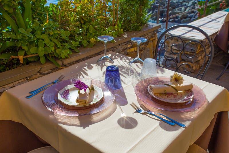 Πιάτα, λοβοί, μαχαιροπήρουνα και γυαλιά ενός πίνακα εστιατορίων στοκ φωτογραφίες με δικαίωμα ελεύθερης χρήσης