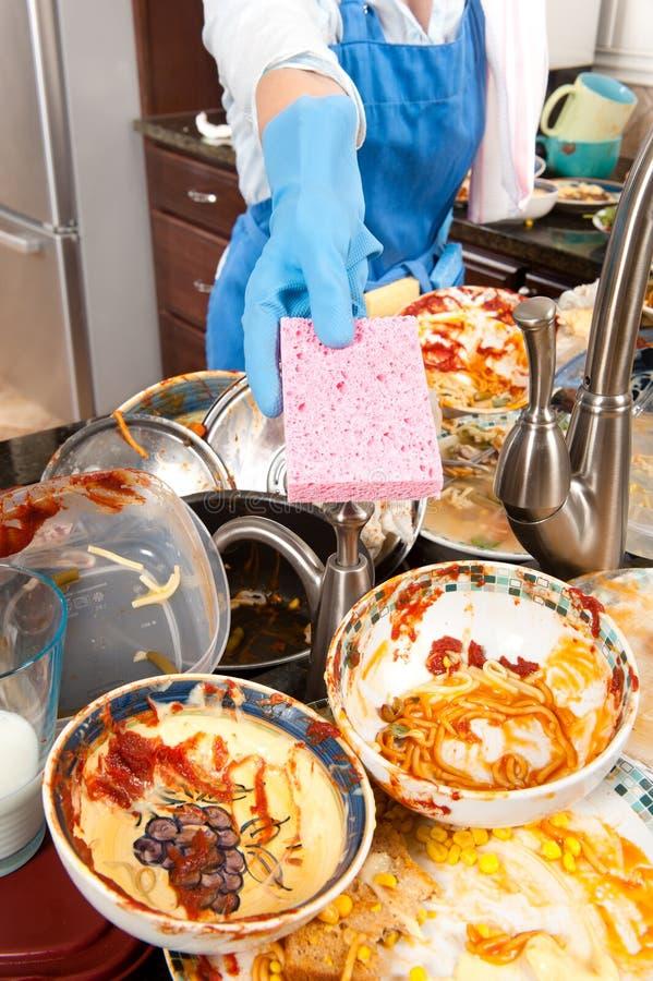 πιάτα που πλένουν τη γυναί&kap στοκ φωτογραφία με δικαίωμα ελεύθερης χρήσης