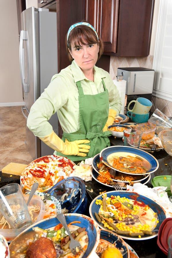 πιάτα που πλένουν τη γυναί&kap στοκ φωτογραφία
