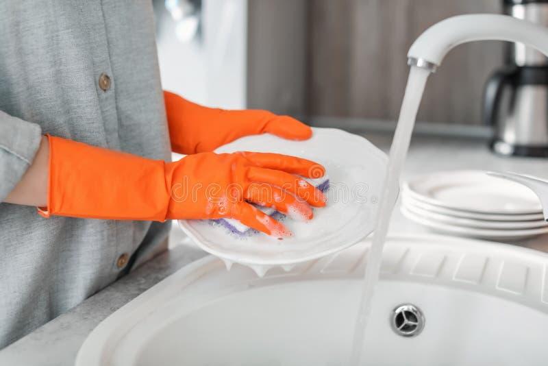 πιάτα που πλένουν τις νεολαίες γυναικών στοκ φωτογραφίες
