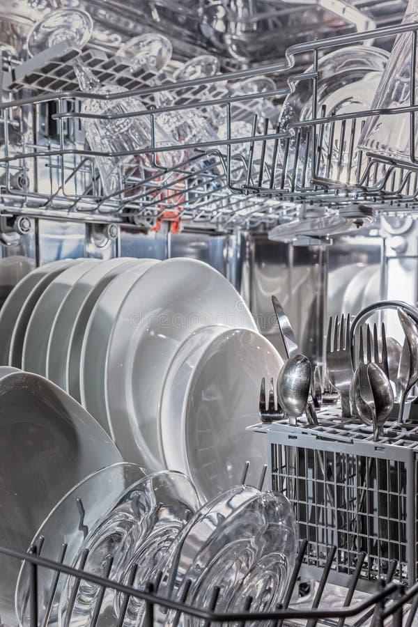 Πιάτα στο πλυντήριο πιάτων στοκ φωτογραφία με δικαίωμα ελεύθερης χρήσης