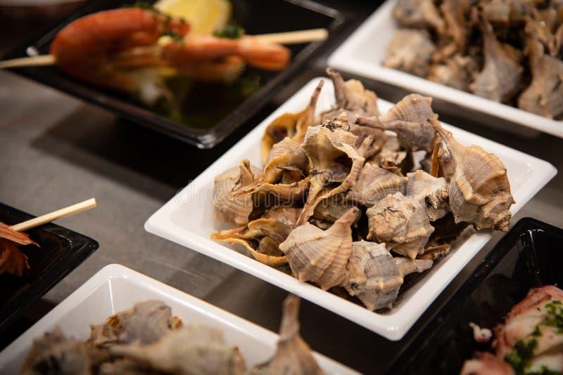 Πιάτα τροφίμων με τα εύγευστα θαλασσινά στοκ εικόνες