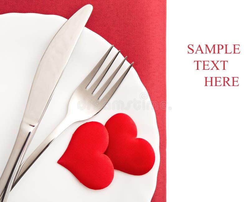 Πιάτο, δίκρανο, μαχαίρι και κόκκινες καρδιές στοκ εικόνα με δικαίωμα ελεύθερης χρήσης