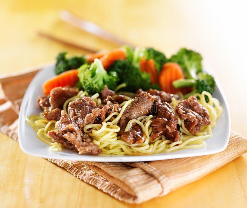 Πιάτο βόειου κρέατος και ιαπωνικό teriyaki νουντλς στοκ εικόνα
