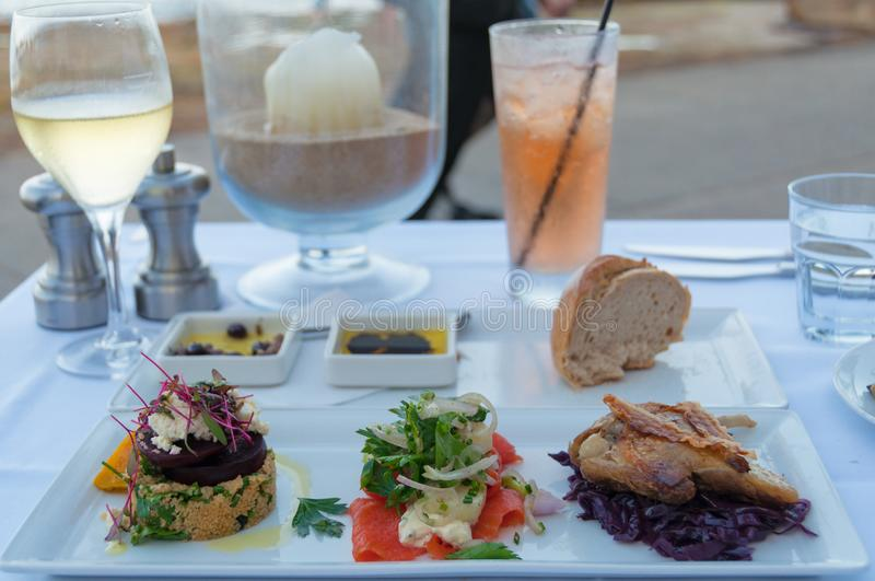 Πιάτο εισόδων της πάπιας confit, του καπνισμένοι σολομού και quinoa με φέτα Λ στοκ εικόνες