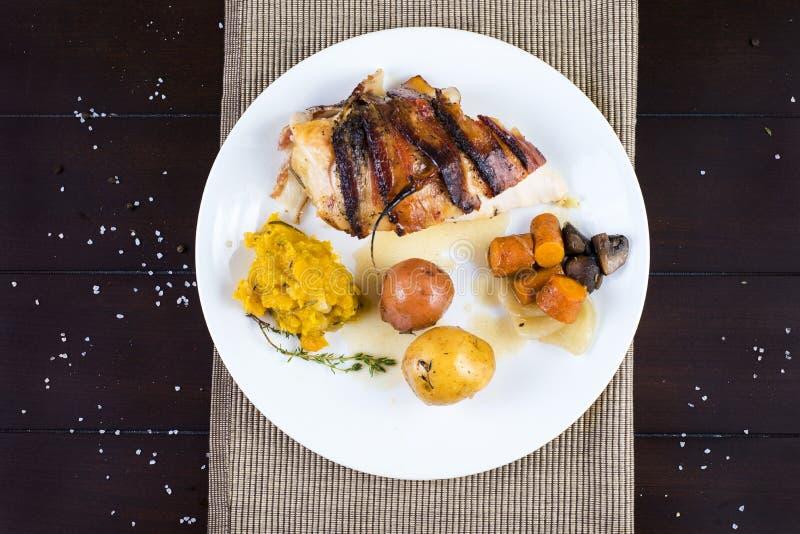 Πιάτο εστιατορίων κοτόπουλου ψητού στοκ εικόνες