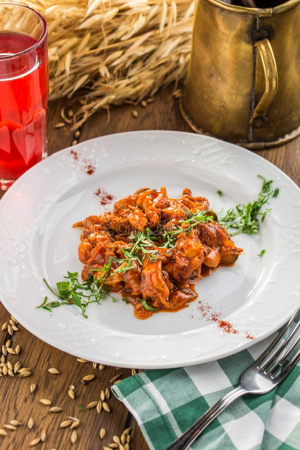 Πιάτο εύγευστο αυθεντικό ουγγρικό goulash με το ποτό μούρων στον ξύλινο πίνακα στοκ φωτογραφία με δικαίωμα ελεύθερης χρήσης
