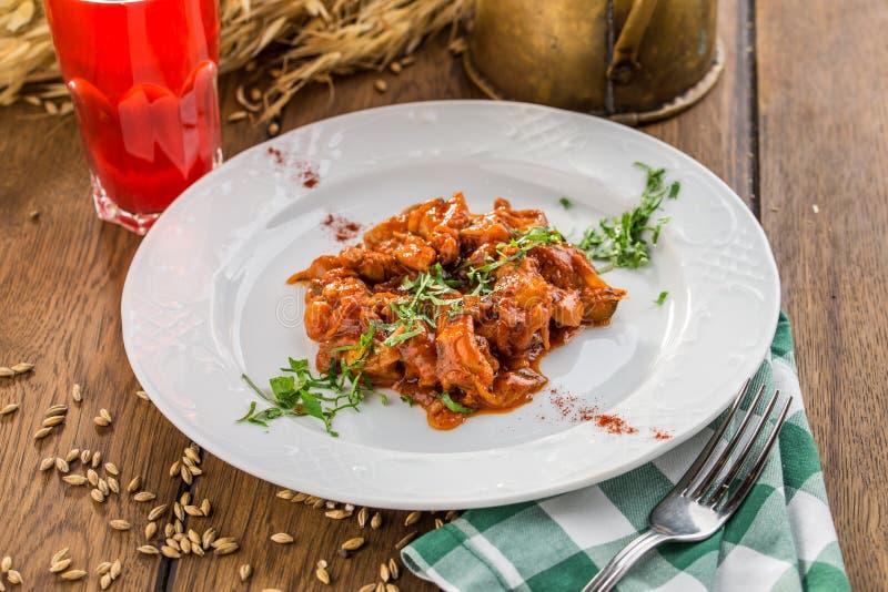 Πιάτο εύγευστο αυθεντικό ουγγρικό goulash με το ποτό μούρων στον ξύλινο πίνακα στοκ φωτογραφίες με δικαίωμα ελεύθερης χρήσης