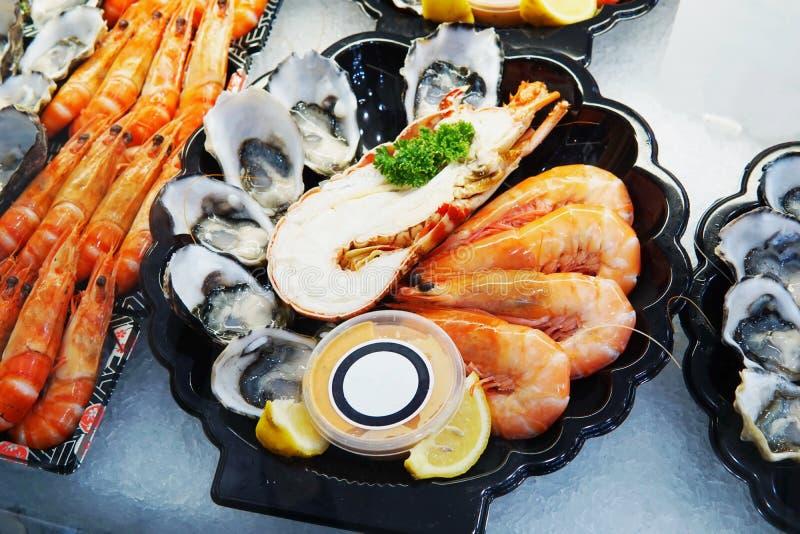 Πιάτο θαλασσινών που τίθεται στην πώληση πάγου στην αγορά Κλείστε επάνω τη λεπτομέρεια στο s στοκ φωτογραφία