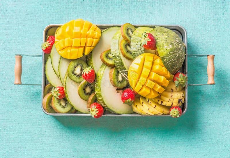 Πιάτο θερινών φρούτων και μούρων στο ανοικτό μπλε υπόβαθρο Εξωτική θερινή διατροφή στοκ φωτογραφίες