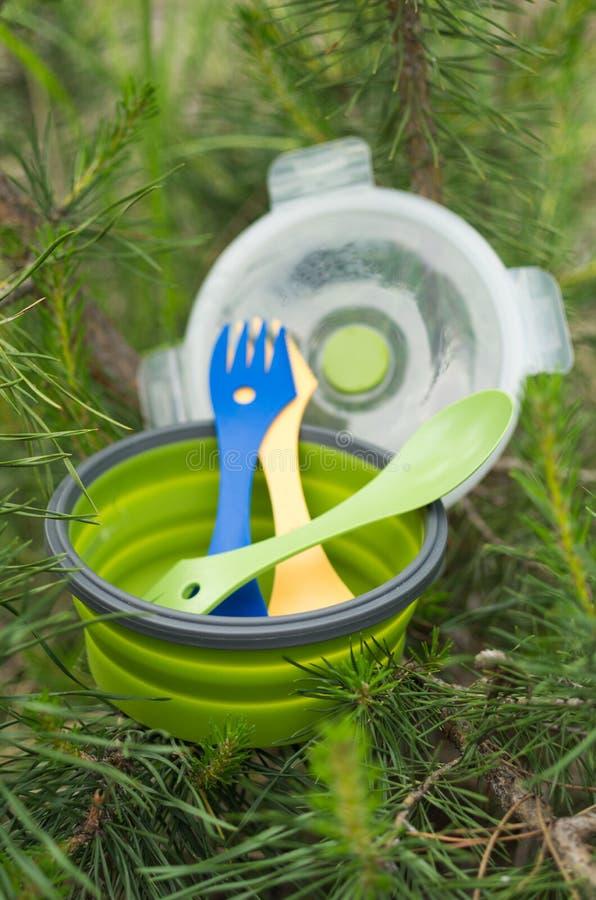 Πιάτο και συσκευές Επιτραπέζιο σκεύος τουριστών Κάθετο πλάνο στοκ φωτογραφίες με δικαίωμα ελεύθερης χρήσης