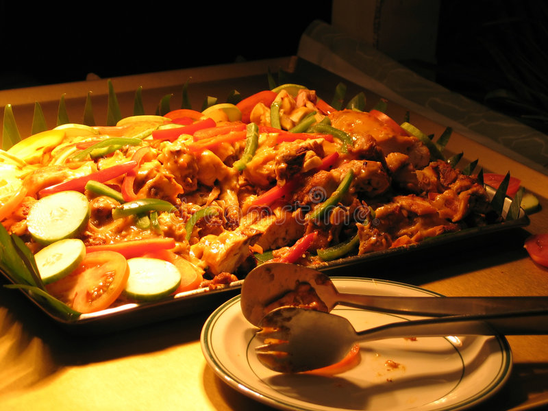 Download πιάτο κοτόπουλου που ψήνεται στη σχάρα Στοκ Εικόνες - εικόνα από δειπνήστε, ντομάτα: 85006