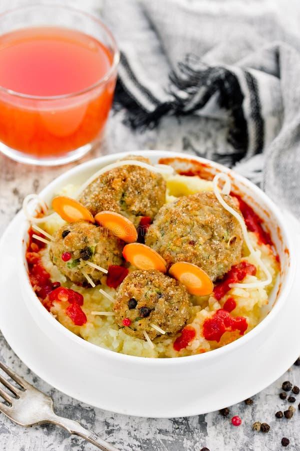 Πιάτο μεσημεριανού γεύματος αποκριών - τα κεφτή διαμόρφωσαν τον αιματηρό αρουραίο με την ντομάτα α στοκ εικόνες