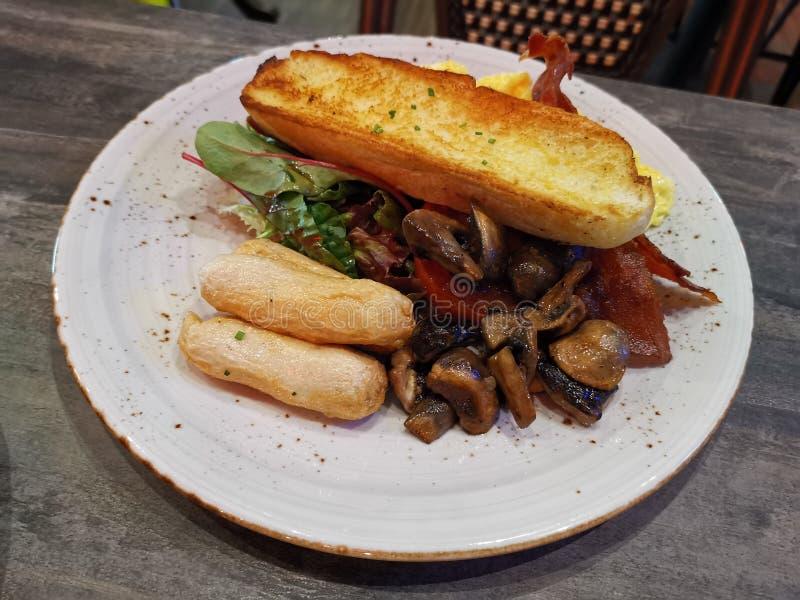 Πιάτο με δυτικό μεγάλο γεύμα πρωινού στοκ εικόνες
