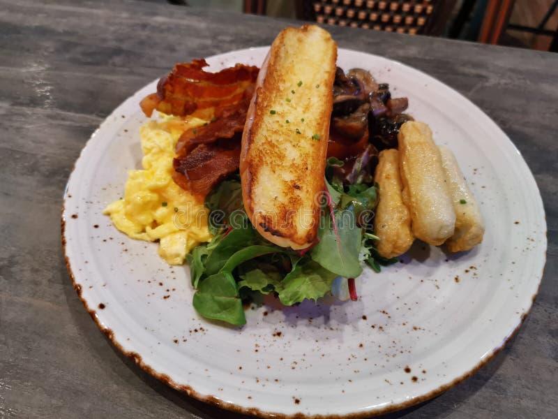 Πιάτο με μεγάλο γεύμα πρωινού στοκ φωτογραφίες