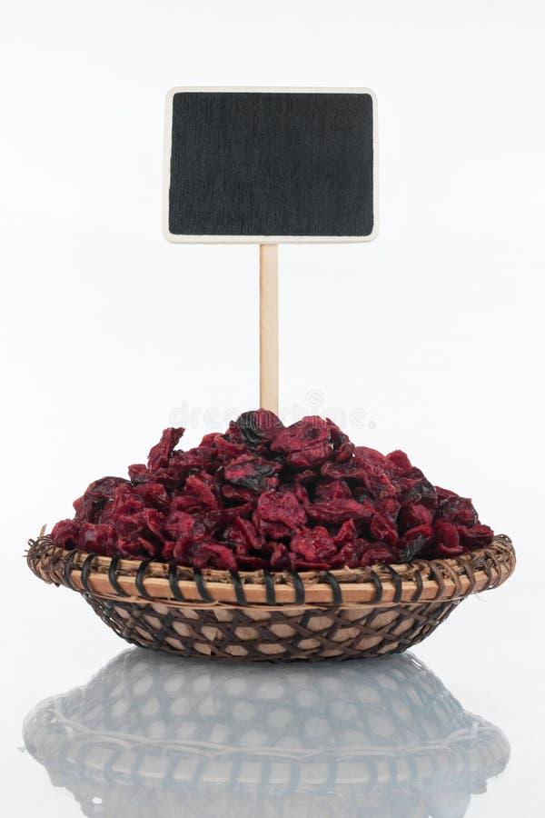 Πιάτο με μια δέσμη του ξηρού του βακκίνιου και της αντανάκλασης και της τιμής του, δείκτης στοκ εικόνες με δικαίωμα ελεύθερης χρήσης