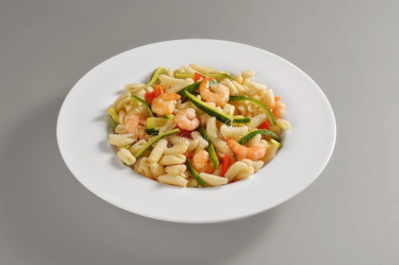 Πιάτο με μια μερίδα του σαρδηνιακού gnocchi με τις γαρίδες και zucch στοκ φωτογραφίες με δικαίωμα ελεύθερης χρήσης