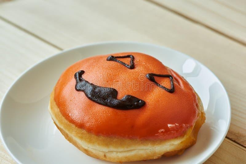 Πιάτο με νόστιμο αποκριάτικο ντόνατ στοκ φωτογραφίες