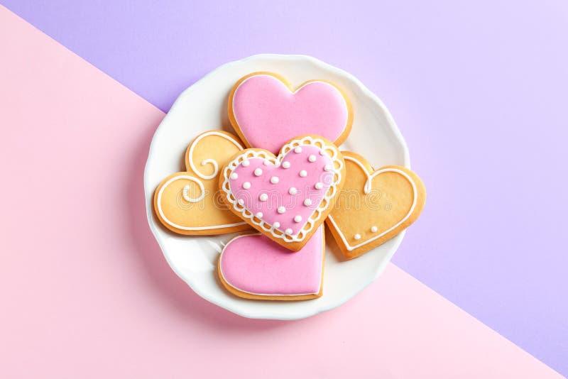 Πιάτο με τα διακοσμημένα διαμορφωμένα καρδιά μπισκότα στοκ φωτογραφία με δικαίωμα ελεύθερης χρήσης