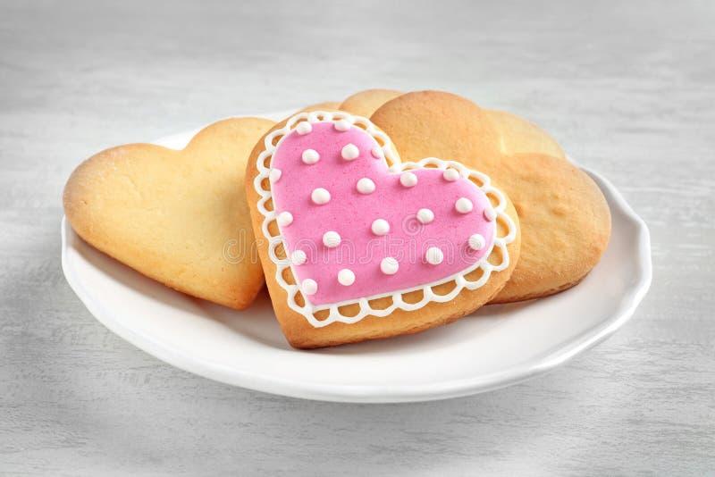 Πιάτο με τα διακοσμημένα διαμορφωμένα καρδιά μπισκότα στοκ εικόνα με δικαίωμα ελεύθερης χρήσης