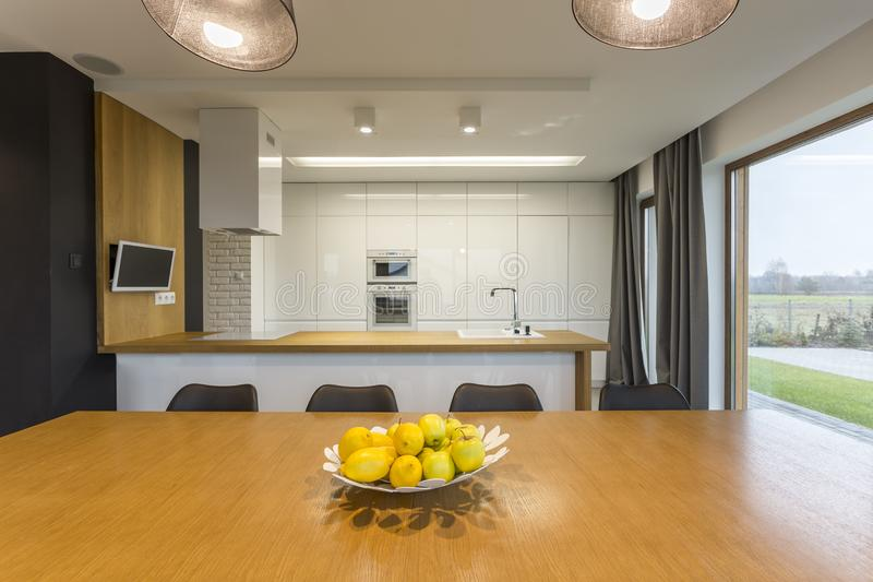 Πιάτο με τα λεμόνια και τα μήλα στην κουζίνα στοκ φωτογραφία με δικαίωμα ελεύθερης χρήσης