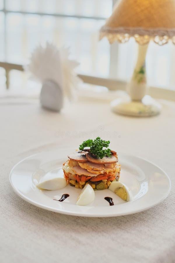 πιάτο με τα καρότα ζαμπόν μανιταριών και καλαμπόκι με την πλάγια όψη αυγών στοκ φωτογραφίες
