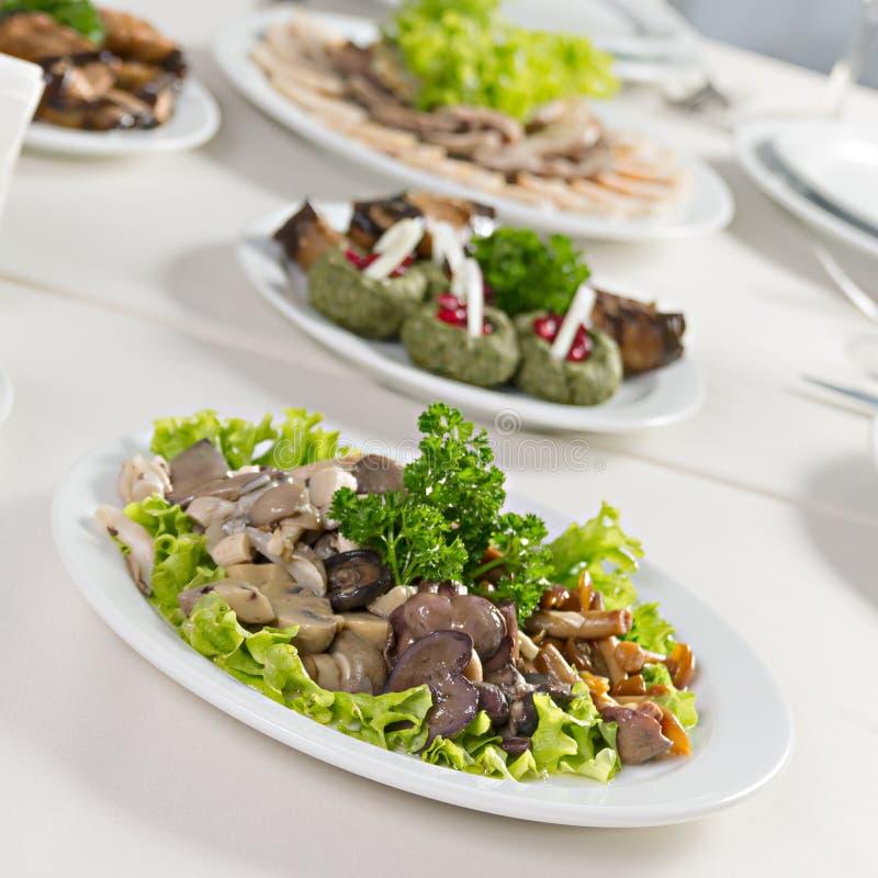 Πιάτο με τα πράσινα σαλάτας μανιταριών στοκ φωτογραφίες με δικαίωμα ελεύθερης χρήσης