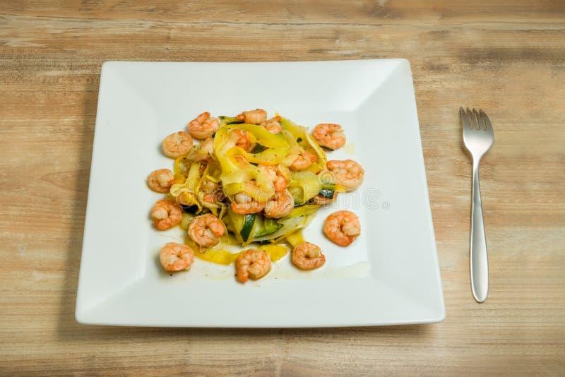 Πιάτο με τα σπιτικά νουντλς κολοκυθιών scampi γαρίδων στοκ εικόνες