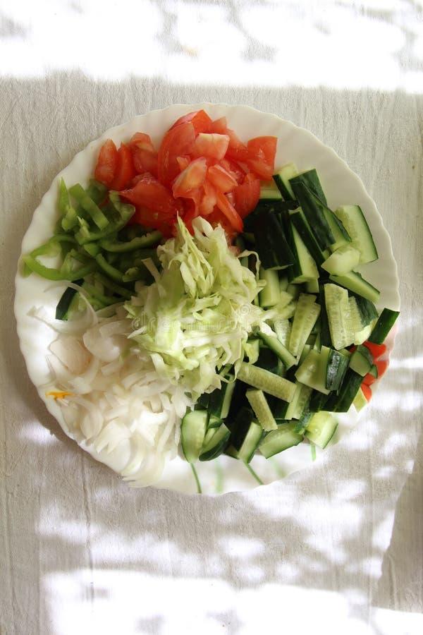 Πιάτο με τα τεμαχισμένα λαχανικά στοκ εικόνες