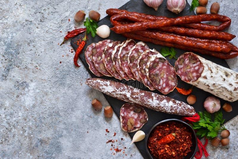 Πιάτο με τις λιχουδιές Hamon, σαλάμι, κρέας με τα καρύδια στοκ φωτογραφία